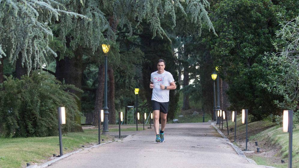 Foto: Pedro Sánchez, corriendo en la Moncloa.