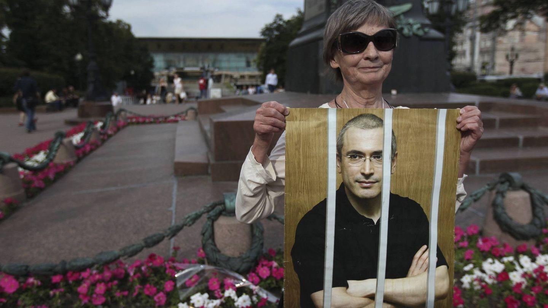 Imagen de archivo de una mujer que muestra en 2012 un póster del que fuera el hombre más rico de Rusia, Mijaíl Jodorkovski, y presidente de la petrolera Yukos. (EFE)