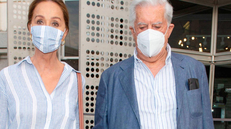 Isabel Preysler y Vargas Llosa, con mascarilla. (EFE)