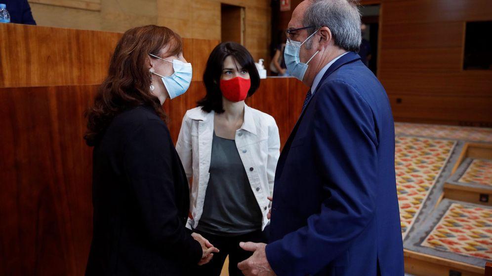 Foto: El portavoz socialista en la Asamblea de Madrid, Ángel Gabilondo, conversa con la portavoz de Podemos, Isa Serra (c). (EFE)