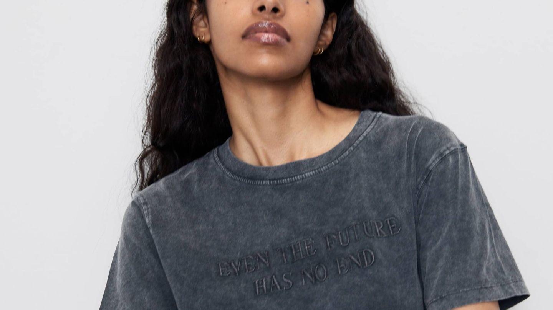 Nos encanta el color gris oscuro desgastado de esta camiseta de Zara. (Cortesía)