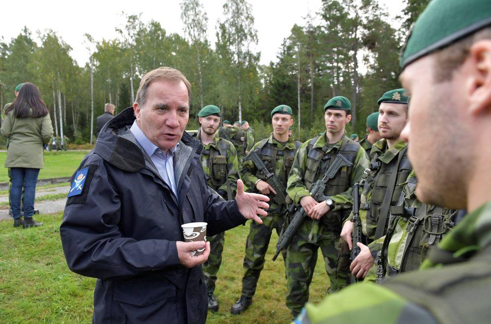 Foto: El primer ministro sueco, Stefan Lofven, saluda a soldados durante unas maniobras en las afueras de Estocolmo. (Reuters)
