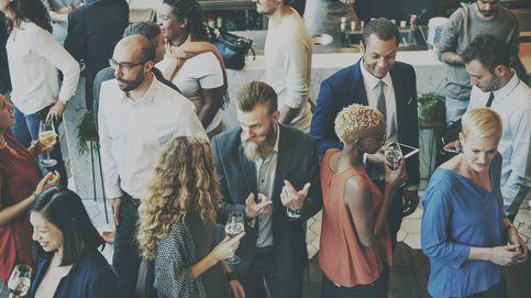 Estás en un reunión para hacer networking: cómo identificar a quién acercarte
