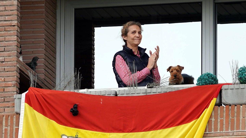 La infanta Elena aplaude desde su balcón a los sanitarios durante el confinamiento. (Cordon Press)