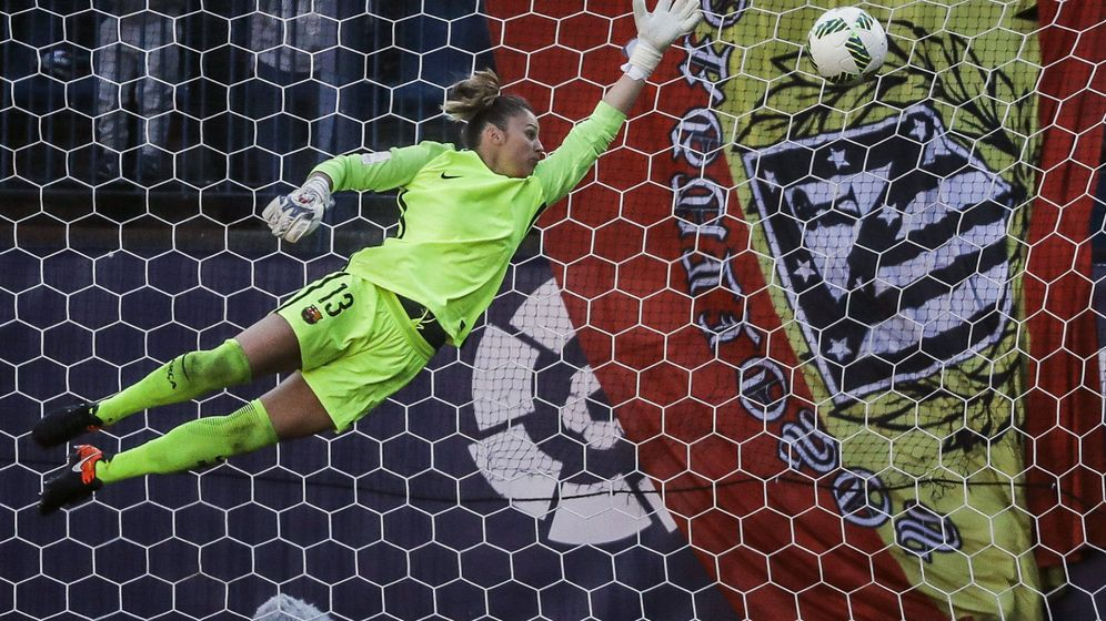 Foto: La portera del FC Barcelona, Sandra Paños, no pudo evitar el gol de la delantera del Atlético, Sonia Bermúdez. (EFE)