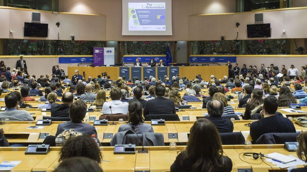 Foto: Vista general de la sala durante la conferencia de Puigdemont en Bruselas. (EFE)