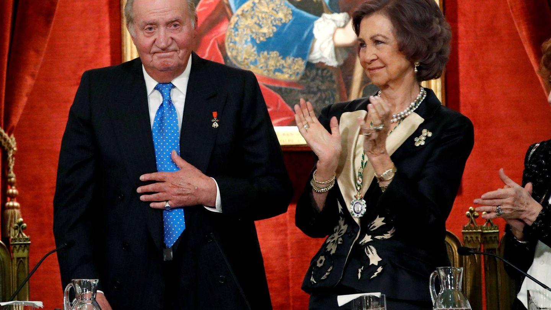 La reina Sofía aplaude al rey Juan Carlos en su 80 cumpleaños. (Getty)