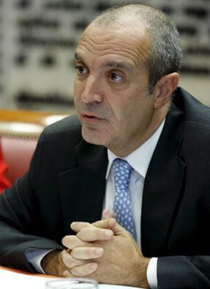 Luis Fernández evita hablar de la edad de Alberto Oliart en su marcha de RTVE