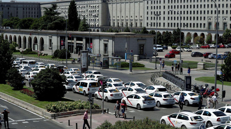 El ministerio de Fomento durante la pasada huelga de taxis (Zipi / EFE)