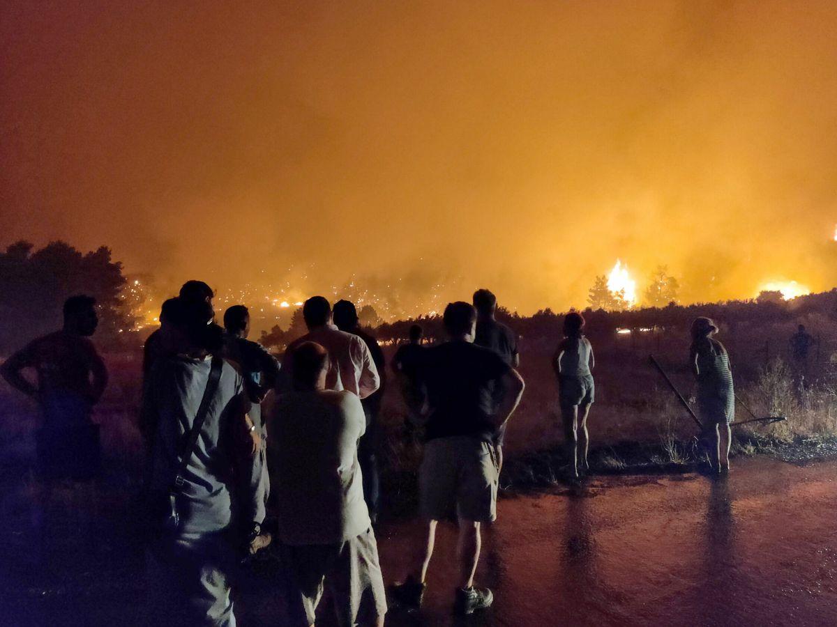 Foto: Residentes de la isla de Eubea observan el avance de las llamas. (EFE)