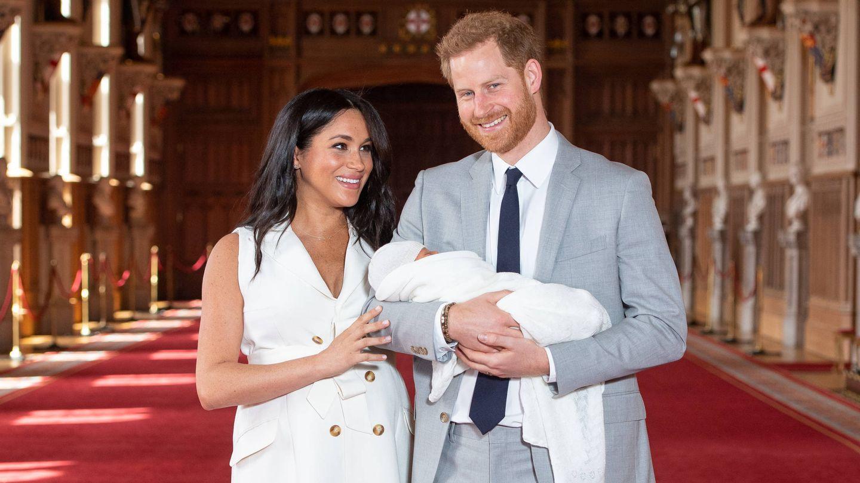 Harry y Meghan, posando con su recién nacido. (Getty)