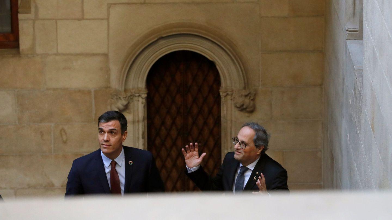 Pedro Sánchez y Quim Torra suben la escalera de piedra del Palau de la Generalitat hacia la Galeria Gòtica. (EFE)