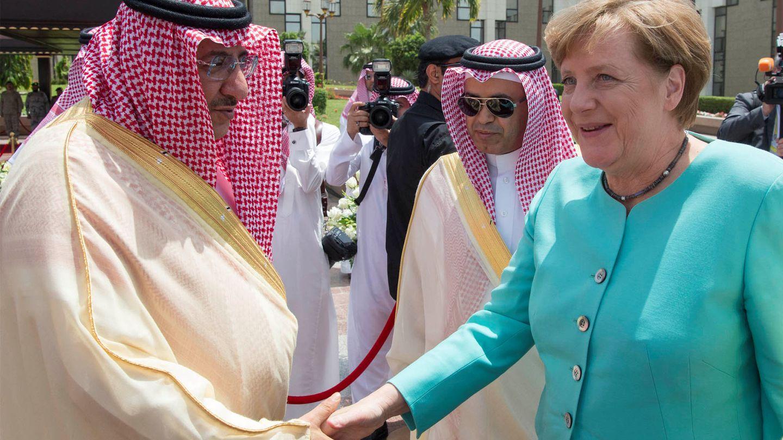 Angela Merkel saluda al príncipe Mohammed bin Nayef en Yeda. (Reuters)