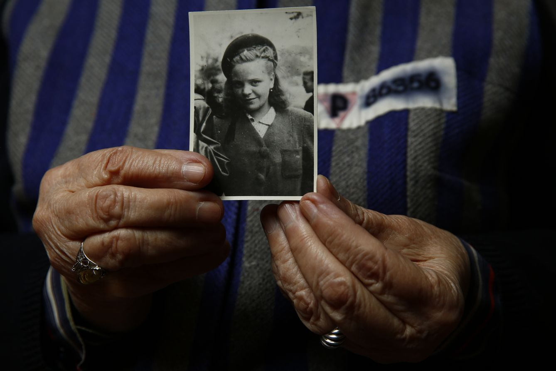 Jadwiga Bogucka, una superviviente de Auschwitz, muestra una fotografía suya de 1944 en Varsovia (Reuters).