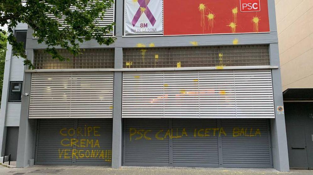 Foto: Pintadas en la sede del PSOE en Barcelona (Twitter)