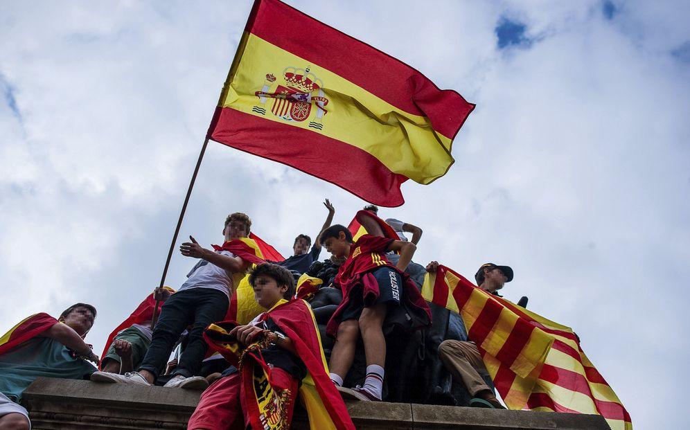 Foto: Manifestación masiva convocada por Societat Civil Catalana contra la independencia de Cataluña en Barcelona el 29 de octubre de 2017. (EFE)