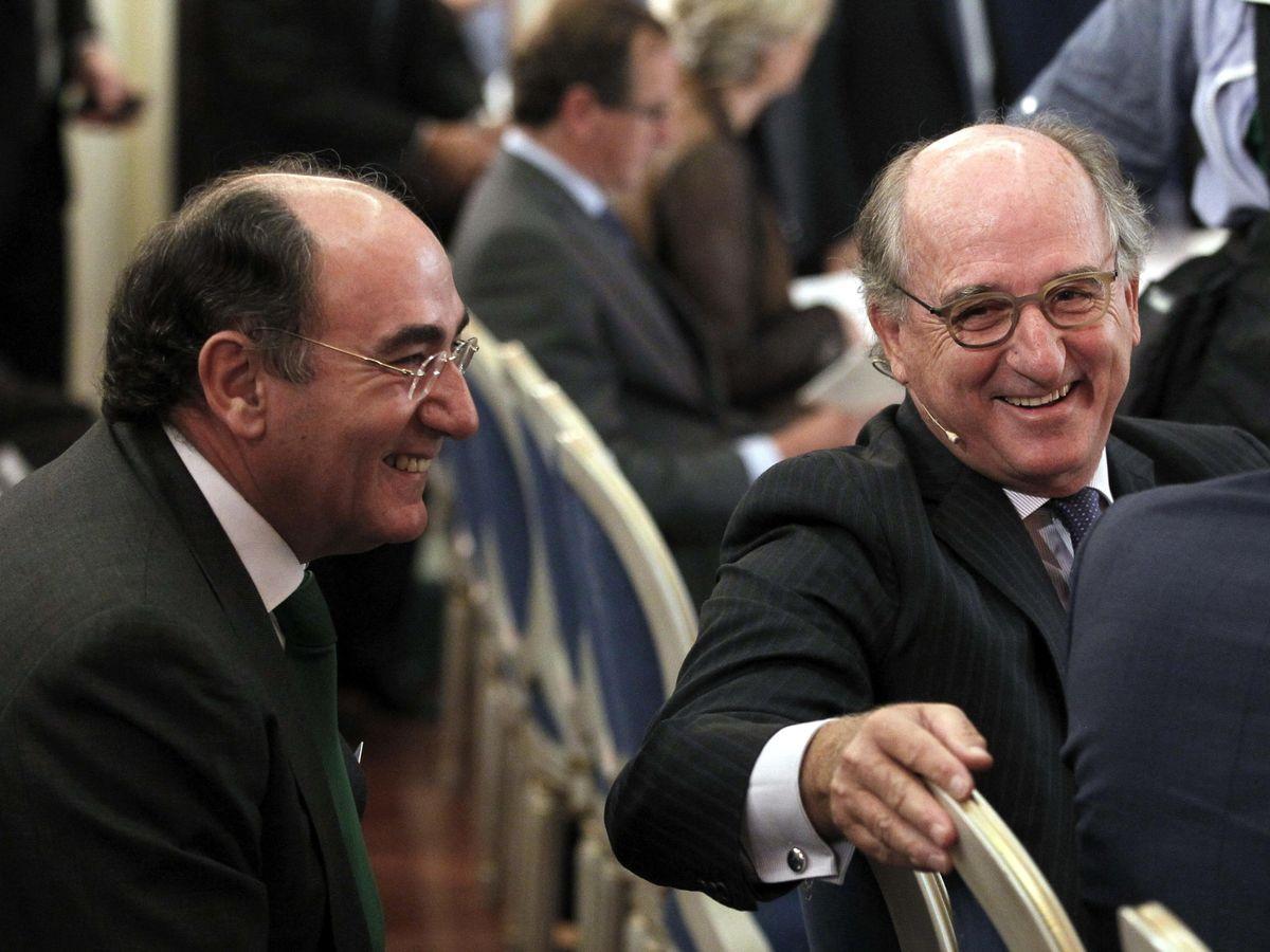 Foto: El presidente de Repsol, Antonio Brufau (d), conversa con el presidente de Iberdrola, Ignacio Sánchez Galán, en una imagen de archivo de 2014. (EFE)