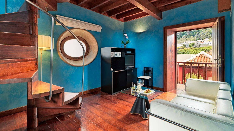 Salón con escritorio inspirado en los diseños de Mackintosh y sofá de Le Corbusier. (Cortesía Hotel San Roque)