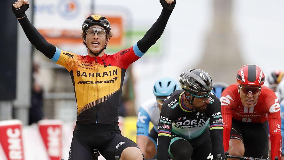Foto: Iván García Cortina levanta los brazos tras ganar la tercera etapa de la París-Niza. (EFE)