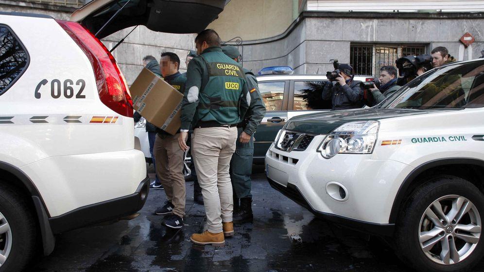 Foto: Operación de la UCO en UGT Asturias el pasado enero. (EFE)