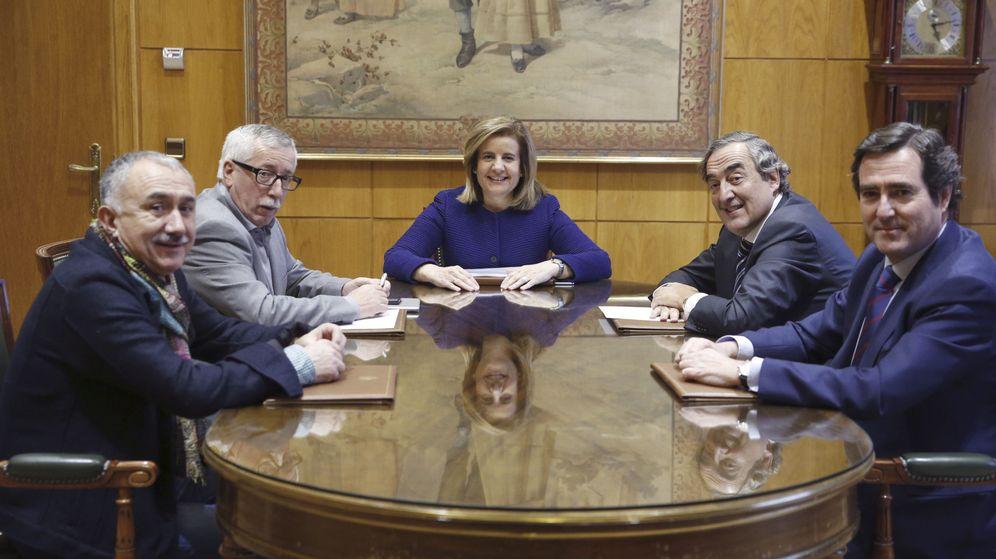 Foto: Fátima Báñez (c), acompañada de los secretarios generales de UGT, y CCOO, Ignacio Fernández Toxo (2i) y Pepe Álvarez (i), el presidente de la CEOE, Joan Rosell (2d) y el presidente de Cepyme, Antonio Garamendi. (EFE)