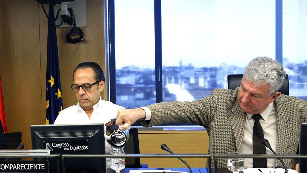 Foto: Álvaro Pérez, 'el Bigotes', con el presidende de la comisión de investigación, Pedro Quevedo. (EFE)