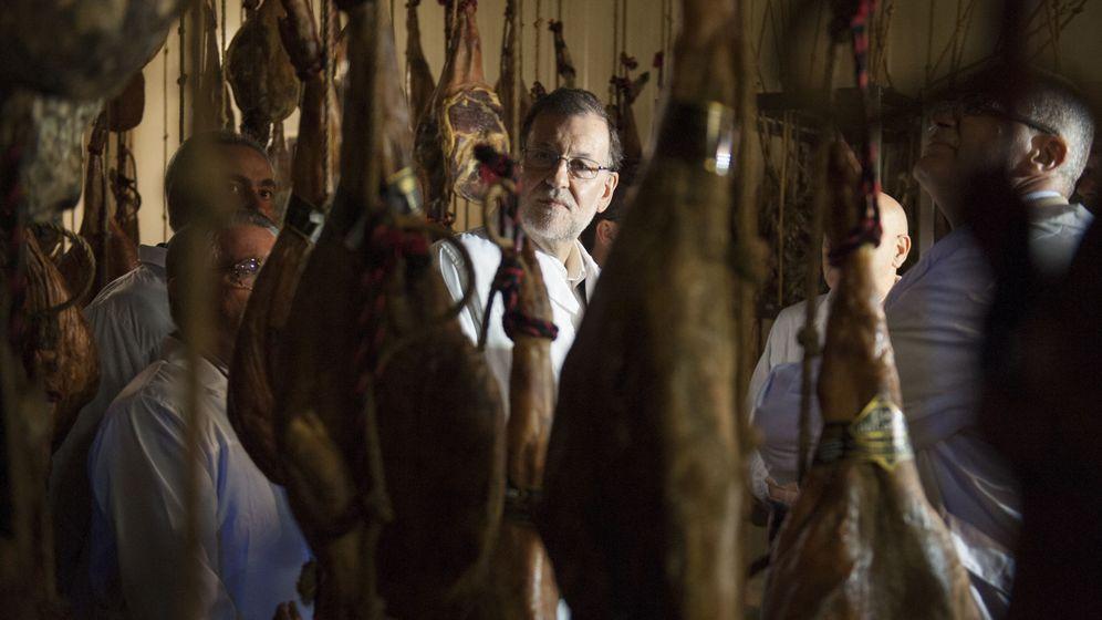 Foto: Mariano Rajoy, en una visita a un secadero de jamones en Pontevedra (EFE)