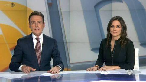 Matías Prats sale al rescate de Mónica Carrillo tras una ataque de tos en directo