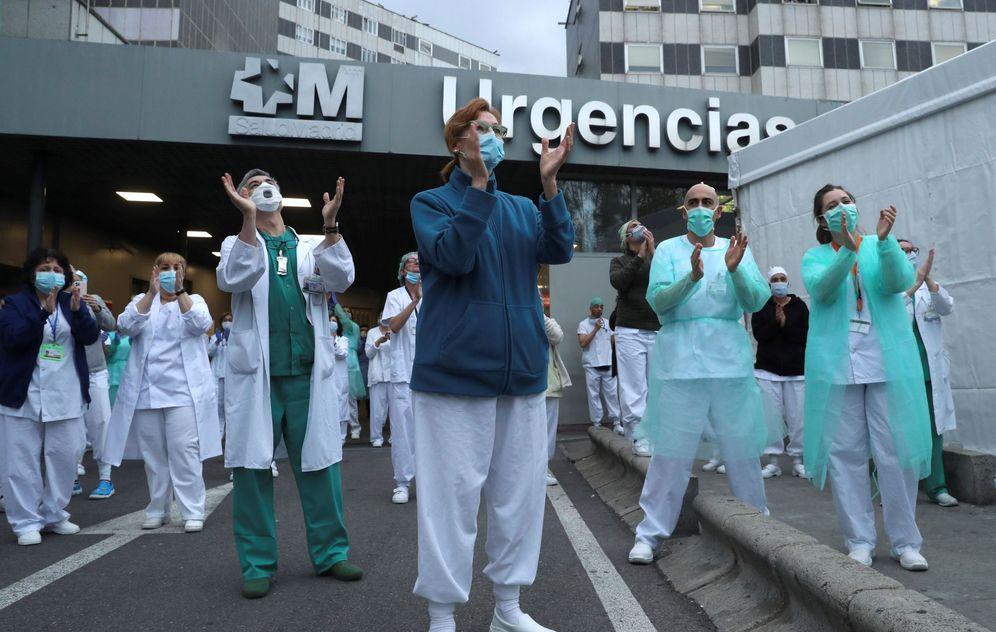 Foto: Los sanitarios de urgencias del madrileño Hospital de La Paz agradecen con aplausos el apoyo de la ciudadanía por su labor. (EFE)