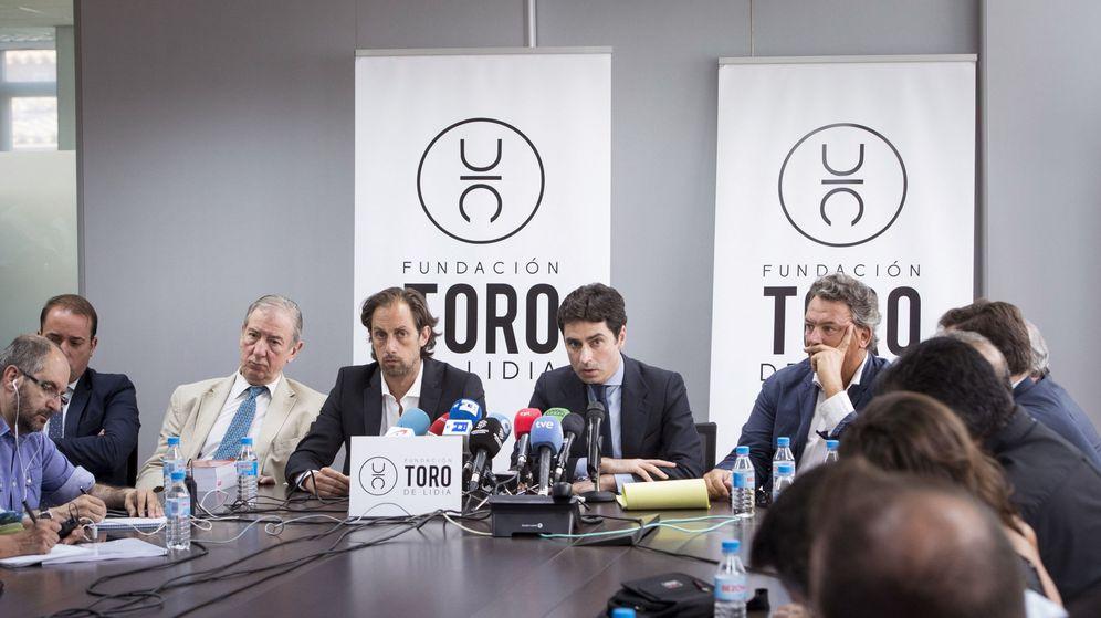 Foto: El abogado de la Fundación Toro de Lidia (2d) explica las acciones legales que van seguir por los mensajes ofensivos vertidos en las redes que celebran la muerte de Víctor Barrio. (EFE)