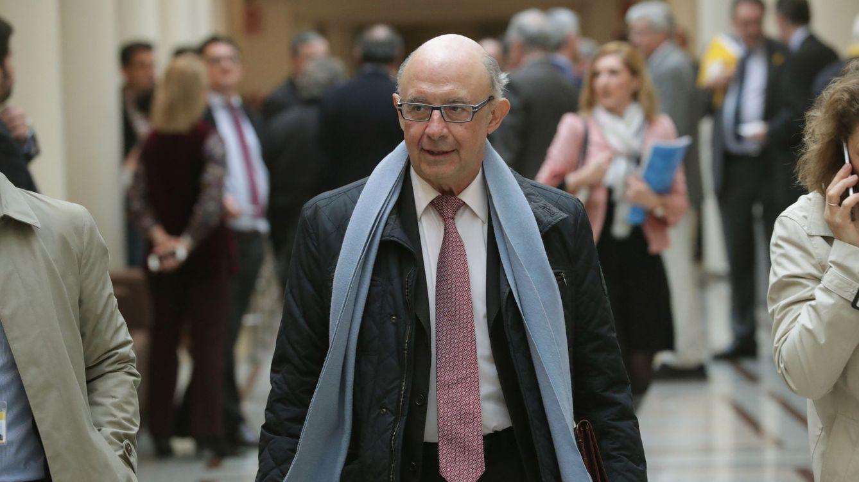 Foto: El ministro de Hacienda y Función Pública, Cristobal Montoro, a su llegada a la sesión de control al Gobierno en el Senado. (EFE)