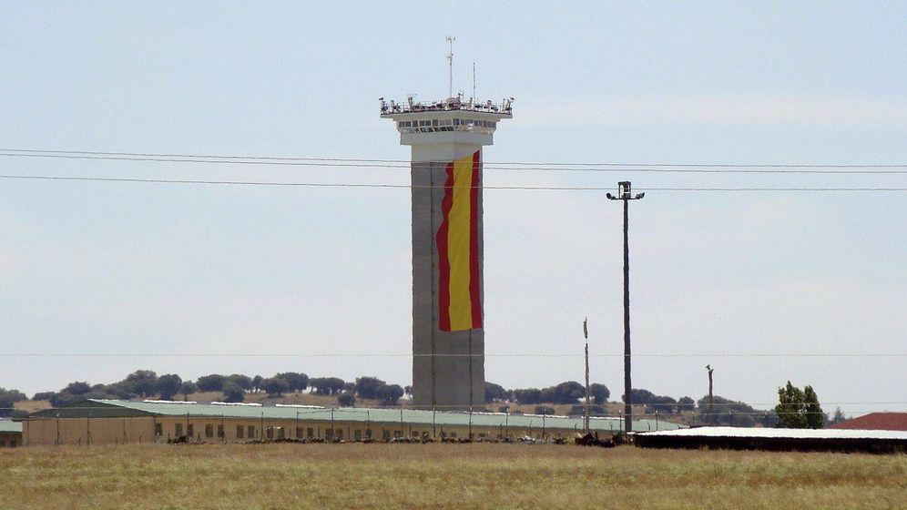 Foto: Una bandera española, colgada sobre el torreón de la cárcel de Soto del Real (Madrid). (EFE)