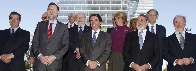 Foto: El expresidente del Gobierno Aznar (c) posa junto a los miembros de su primer Gobierno, entre ellos Mariano Rajoy (2i), Rodrigo Rato (d), Francisco Álvarez Cascos (i) y Esperanza Aguirre (2d-segunda fila). EFE