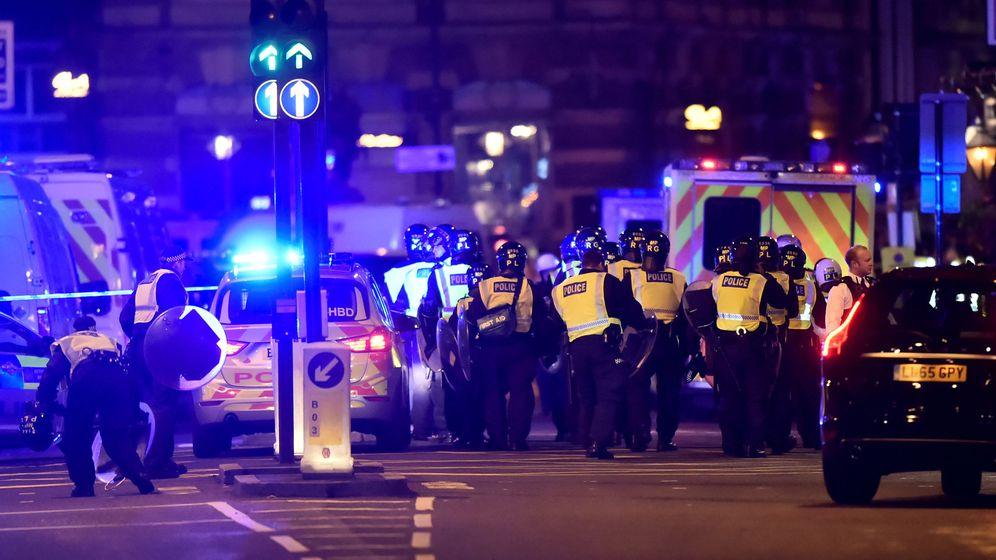 Foto: La policía atiende a varios heridos en London Bridge. (Reuters) La policía atiende a varios heridos en London Bridge. (Reuters)