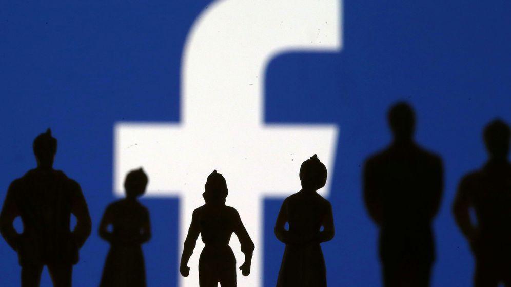 Foto: Siluetas de pequeñas figuras frente al logotipo de Facebook. (Reuters)