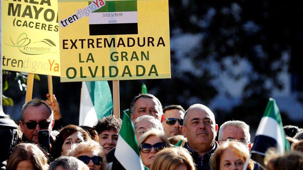 Foto: Manifestación de extremeños en Madrid por ''un tren digno ya''. (EFE)