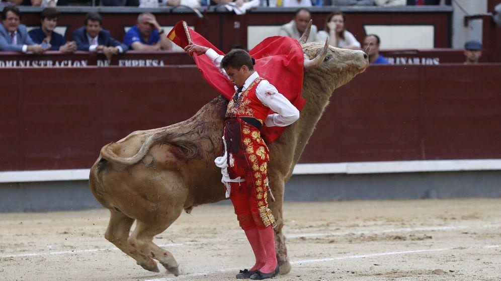 Foto: El novillero Diego Carretero, durante la faena a su segundo novillo tras ser cogido. (EFE)