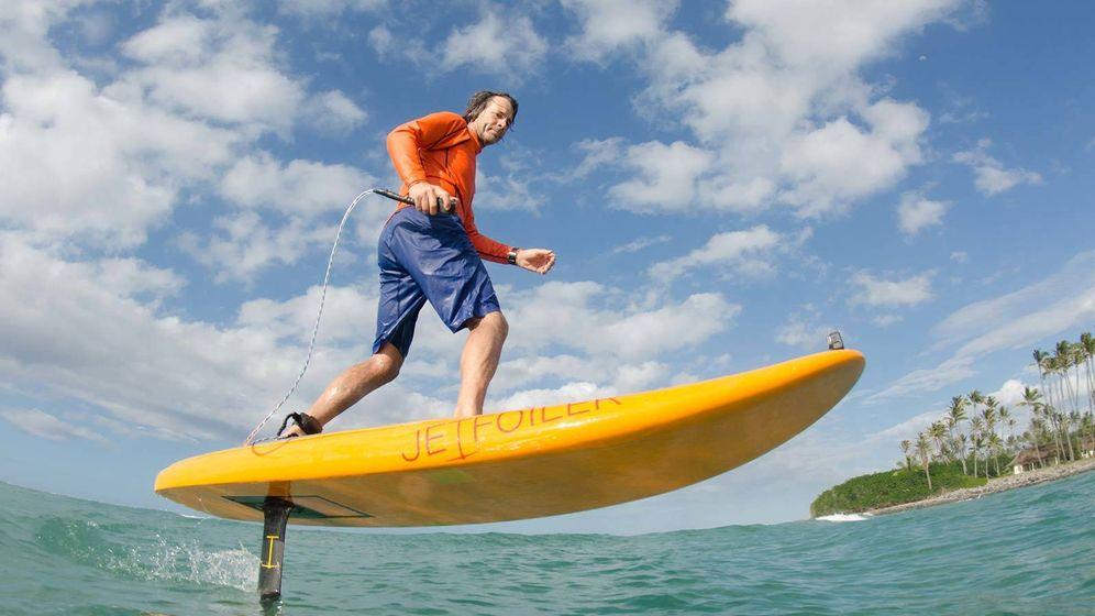 Foto: Don Montague surfeando con su propio invento, el 'Kitefoil'