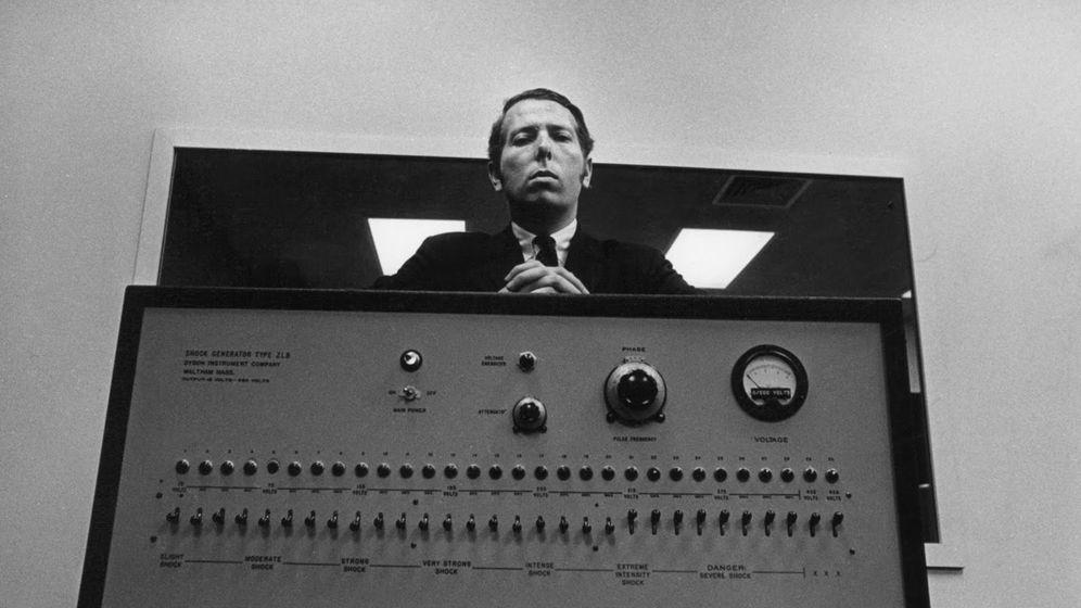 Foto: Stanley Milgram con su máquina de electrocutar falsa.