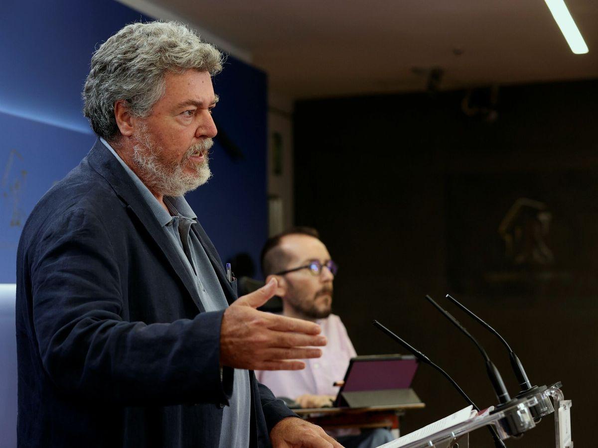 Foto: Los portavoces de Unidas Podemos en el Congreso, Pablo Echenique (d), y en la Comisión de Transición Ecológica y coordinador de Alianza Verde, Juantxo López de Uralde, este jueves en el Congreso. (EFE)