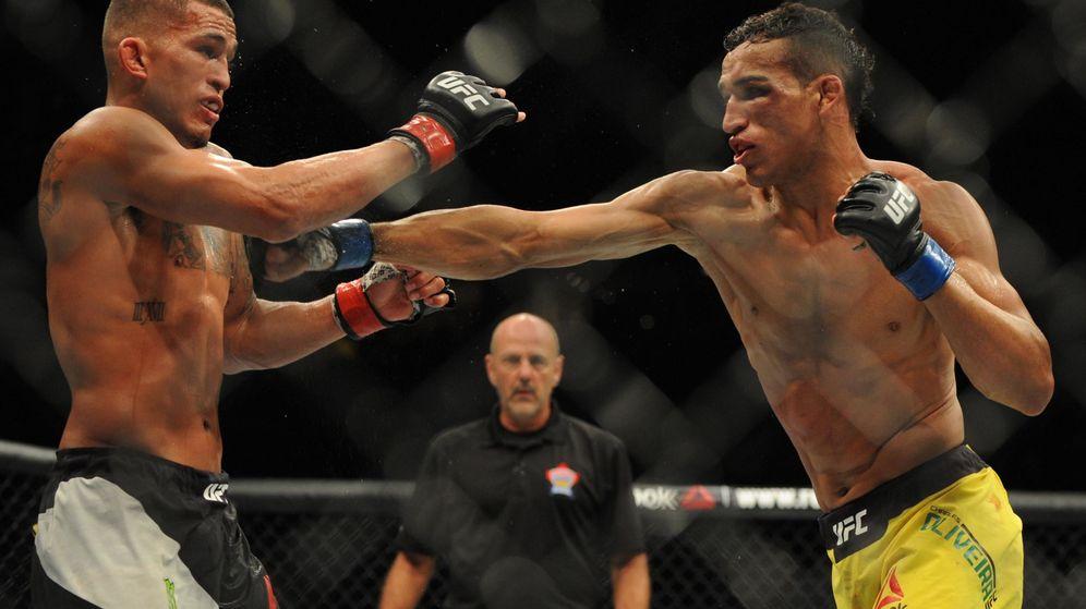 Foto: Charles Oliveira, con calzón amarillo, en un combate anterior de UFC. (USA Today)