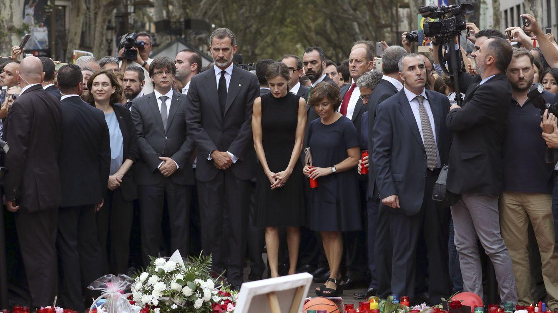 Foto: Los Reyes, junto a Soraya Saénz de Santamaría, Carles Puigdemont y Ada Colau. (EFE)