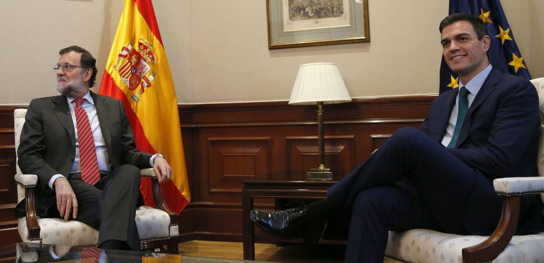 Reunión entre Pedro Sánchez y Mariano Rajoy. (Efe)