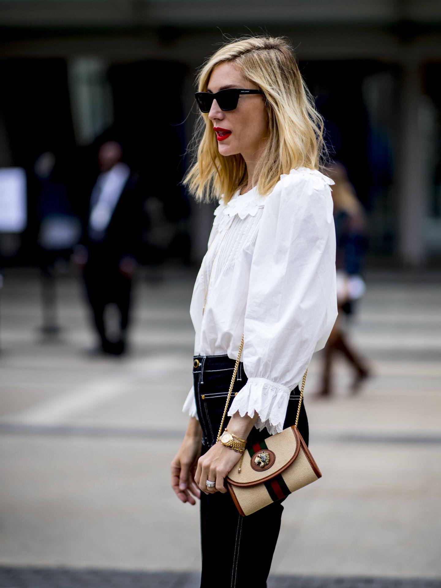 Una insider con una camisa blanca con puntillas. (Imaxtree)