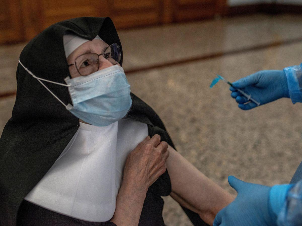 Foto: Una sanitaria vacuna a una monja contra el coronavirus en Orense. (EFE)