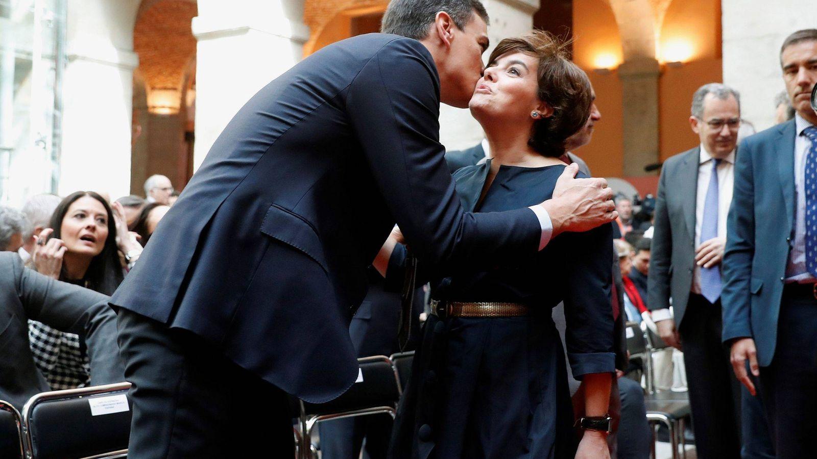 Foto: Pedro Sánchez y Soraya Sáenz de Santamaría, durante el acto conmemorativo de la fiesta del 2 de Mayo. (EFE)