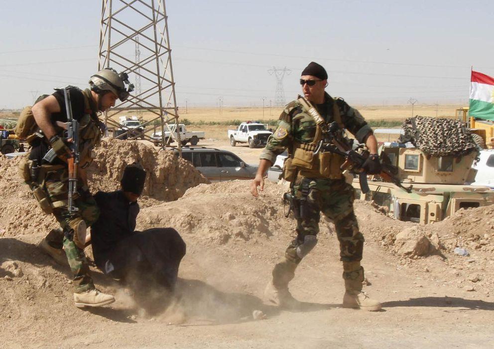 Foto: Personal de las fuerzas de seguridad kurdas detienen a un sospechoso de pertenecer al ISIS, en las afueras de Krkuk (Reuters).