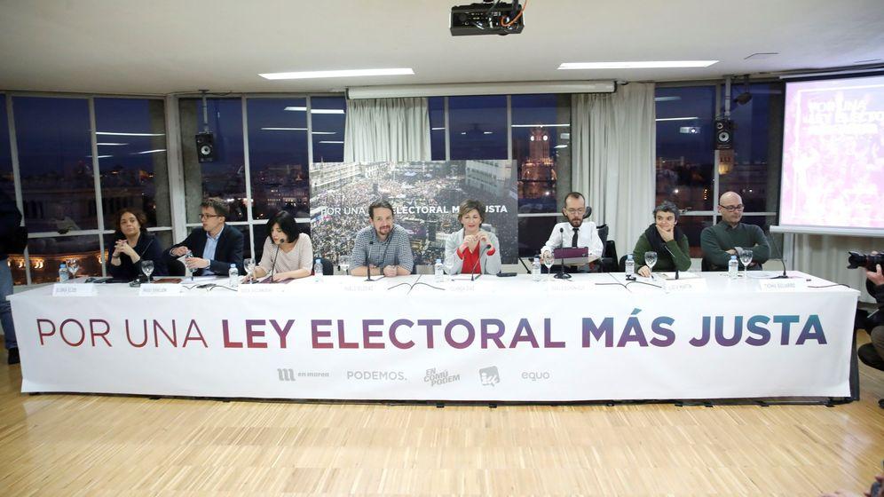 Foto: Dirigentes de Podemos y portavoces de las confluencias, durante la presentación de su propuesta para reformar la Ley Electoral. (EFE)