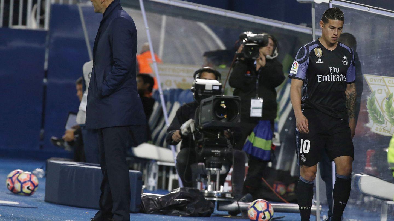 James es sustituido por Zidane en un encuentro en 2016 con el Madrid. (EFE)