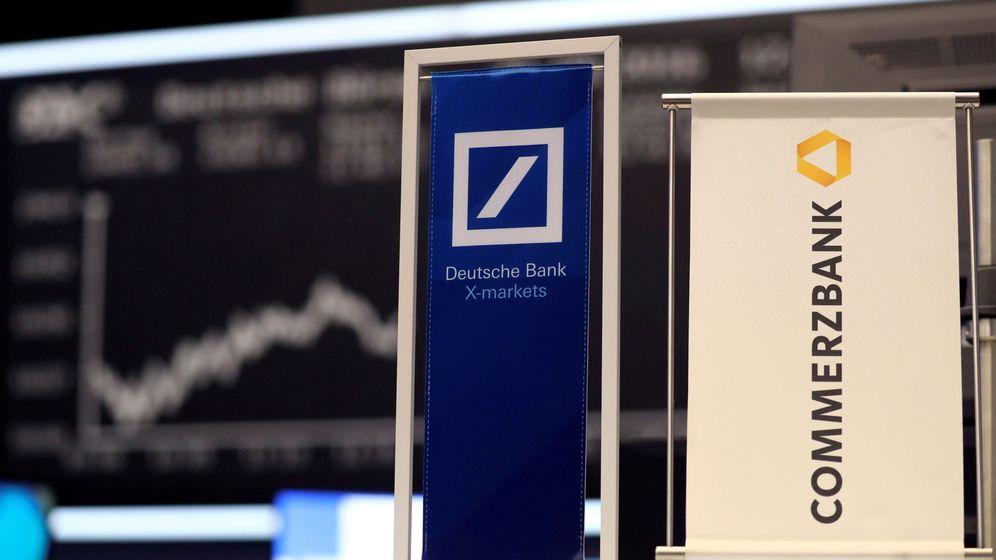 Foto: Carteles con los logotipos de Deutsche Bank y Commerzbank